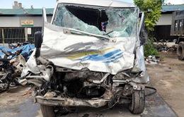 Xe khách đâm xe tải, 25 người bị thương