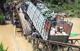 Xe chở quá tải trọng làm sập cầu sắt bắc qua suối