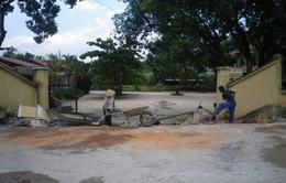 Xe tải kéo đổ cổng trường, 4 người chết, 1 người bị thương
