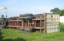 Hai vụ lật xe container trong vòng 1 giờ đồng hồ