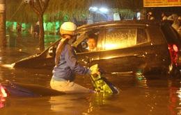 """Chùm ảnh: Mưa lớn, người Sài Gòn """"bơi"""" trong nước bẩn"""