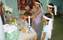 Tương lai mịt mù của ba đứa trẻ học giỏi mồ côi cha