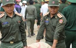 Bộ đội Lào giúp dân khắc phục lụt bão ở Hà Tĩnh