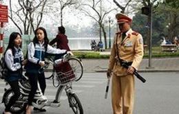 Học sinh đi xe đạp điện phải đội mũ bảo hiểm