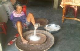 Người phụ nữ sảy gạo… bằng chân