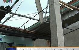 VIDEO: Gió bão nhiều giờ, hàng chục ngôi nhà tại TT-Huế bị tốc mái