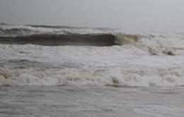Câu cá khi biển động, hai em nhỏ bị sóng cuốn trôi