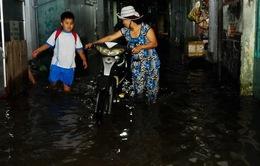 """TP.HCM: Triều cường tiếp tục dâng, dân """"bơi"""" trong biển nước"""