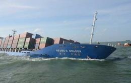Tàu chở 700 container bị đâm chìm, bốc cháy dữ dội