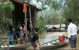 Tặng quà cứu trợ cho vùng rốn lũ Quảng Nam