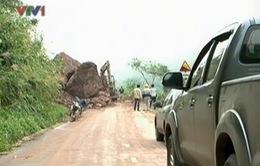 Quảng Trị: Sạt lở đá nghiêm trọng trên quốc lộ 15D
