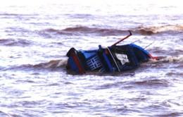 Tàu cá tỷ đồng bị sóng đánh chìm, ngư dân tiếc ngẩn ngơ