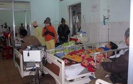 Lật xe công nông, 25 người bị thương