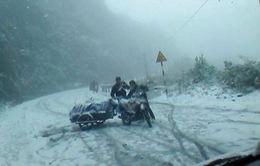 Tuyết rơi dày ở Sa Pa khiến giao thông tắc nghẽn