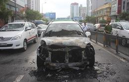 Xe taxi đang chở khách bất ngờ bốc cháy