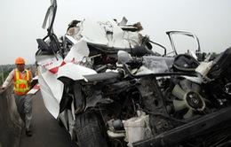 Xe cứu thương đâm ô tô tải, 3 người thiệt mạng