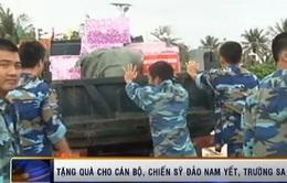 Tặng quà cho cán bộ, chiến sĩ đảo Nam Yết, Trường Sa