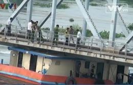 TP.HCM: Phương tiện đường thủy mắc kẹt gầm cầu Bình Lợi