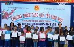 Phó Chủ tịch nước Nguyễn Thị Doan tặng quà trẻ em nghèo Kon Tum