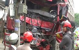 Xe tải đối đầu xe khách, 3 người bị thương nặng