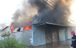 Cháy lớn thiêu rụi xưởng nilon tại TP.HCM