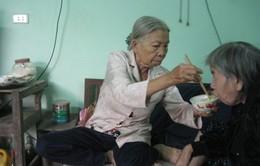 """Thương bà lão """"bán sức khỏe"""" 3 ngày mới kiếm được… 10 nghìn đồng"""