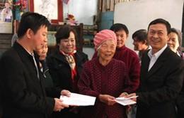 Tặng quà Tết cho bà con Việt kiều nghèo tại Vientiane