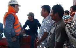 Cứu 30 ngư dân Quảng Ngãi gặp nạn trên biển