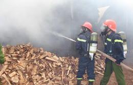 Cháy lớn, thiêu rụi toàn bộ xưởng gỗ