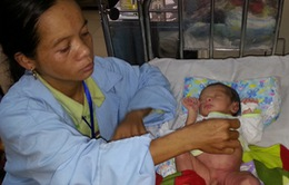 Xót thương bé 10 ngày tuổi quằn quại với bệnh u máu
