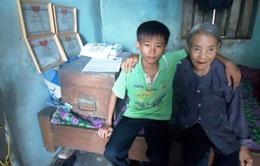 Cậu học trò mò cua nuôi bà nội với ước mơ làm bác sĩ