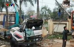 Xe tải kéo sập cổng nhà văn hóa, 3 người trong gia đình tử vong
