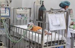 Chùm ảnh: Rớt nước mắt chứng kiến trẻ chống chọi với bệnh sởi
