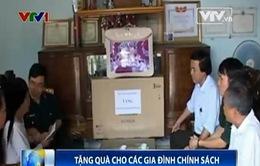 Tặng quà gia đình chính sách nhân kỷ niệm 60 năm chiến thắng Điện Biên Phủ