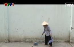 Cụ bà hơn 20 năm tự nguyện quét rác làm sạch tuyến hẻm