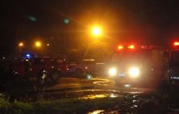 Hai xà lan chở dầu bốc cháy dữ dội, hai người thiệt mạng