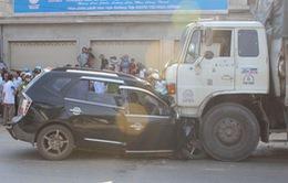 Ô tô 7 chỗ đâm trực diện xe tải, 4 người chết tại chỗ