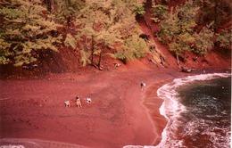 Những bãi biển có màu cát đẹp nhất thế giới