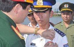 """Trao tặng huy hiệu """"Tuổi trẻ dũng cảm"""" và Bằng khen cho 4 Cảnh sát Biển Việt Nam"""