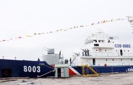 Tư lệnh Cảnh sát Biển tặng quà cho tàu CSB 8003
