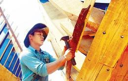 """Ngư dân Quảng Ngãi với sáng kiến """"mặc áo giáp"""" cho tàu gỗ"""