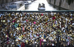 """Châu Âu kêu gọi du khách bảo vệ các cây cầu trước sức nặng """"khóa tình yêu"""""""