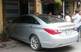 Hà Nội: Vừa từ hầm lên, ôtô mất lái lao thẳng vào nhà dân