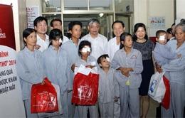 Thăm và tặng quà trẻ em phẫu thuật mắt tại bệnh viện Mắt Trung ương