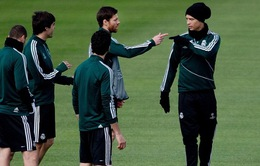 """Ronaldo """"gây sự"""" với Xabi trên sân tập"""