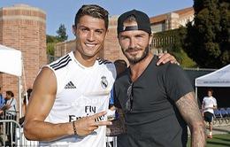 Ronaldo và các đồng đội thi nhau chụp ảnh với Becks