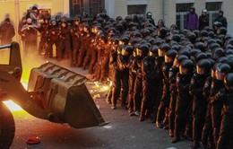 Người biểu tình lái máy ủi áp sát trụ sở Tổng thống Ukraine