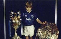 Gerrard từng nâng cúp vô địch Premier League trong màu áo kình địch