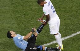 """Glen Johnson cao thượng """"nắn chân"""" cho hung thần Suarez"""