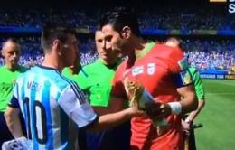 """Thủ quân Iran """"khôn lỏi"""" xin áo đấu của Messi sau màn tung đồng xu"""